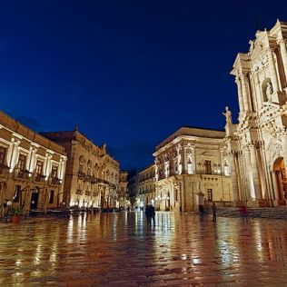 640px-Blue_Hour_Piazza_Duomo_5_-_Syracuse_-_Unesco_World_Heritage
